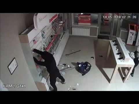 Двое парней грабят салон сотовой связи