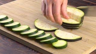Zerschneide die Zucchini 10 Mal und lege sie aufs Brett. Was dann kommt, ist der Hammer!