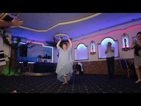 На свадьбе индийский танец