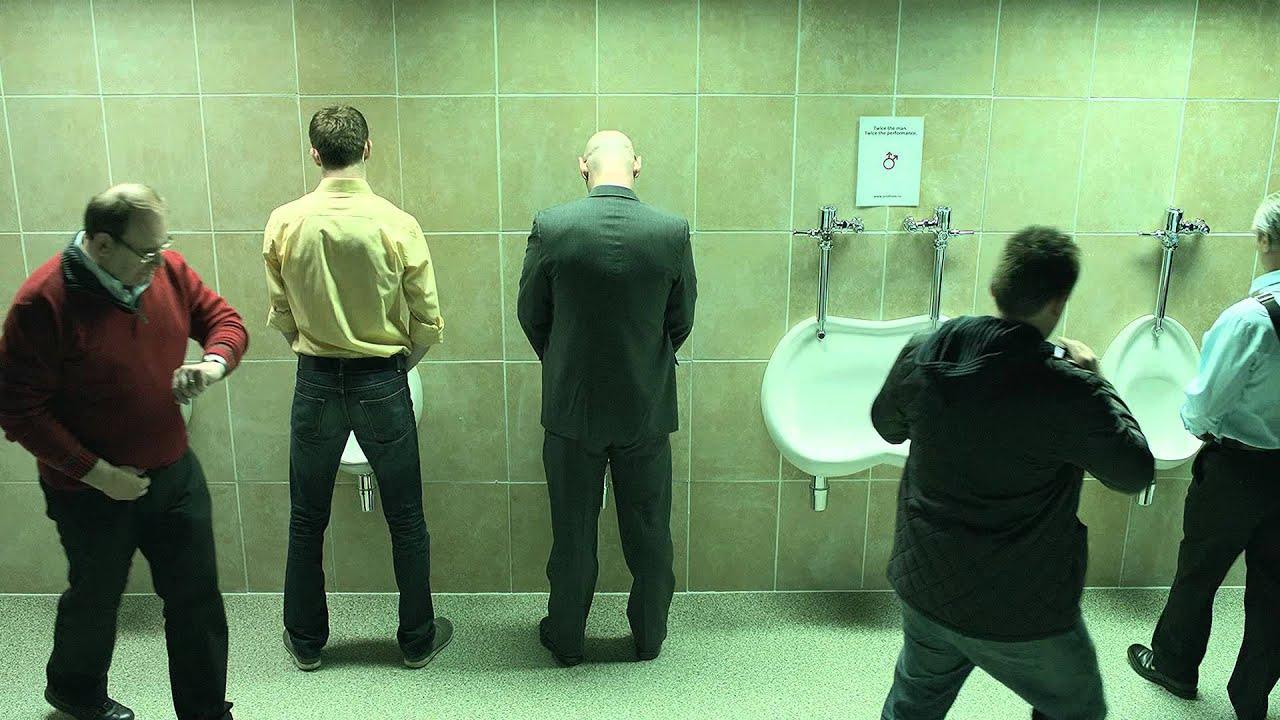 три мужика у писсуара ролик