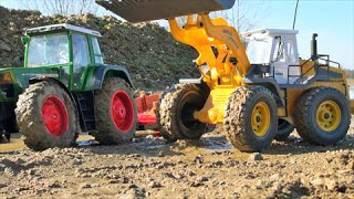 RC toy wheel loader pulls tractor fendt  from the mud / big rc toy fun