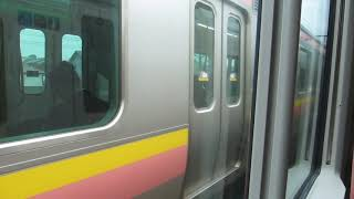 JR東日本E653系の快速新潟行きが新潟駅手前でしばらく停車中(車内より)