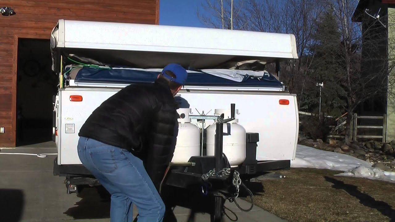 Manual winch on a popup camper