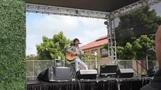 2016年に、サンディエゴで開催されたJapan Expoにて熱唱する青木隆治。...