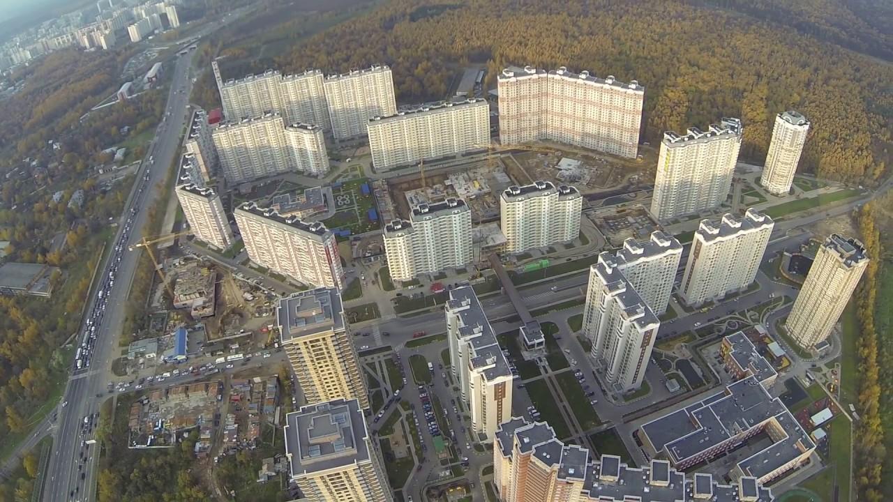 «лежачий небоскреб» на варшавке самый длинный дом в москве. Его длина составляет почти 736 метров. Чтобы миновать этот дом, потребуется проехать три остановки на общественном транспорте!. Здание расположено на варшавском шоссе, д. 125. Здесь находится научно-исследовательский.