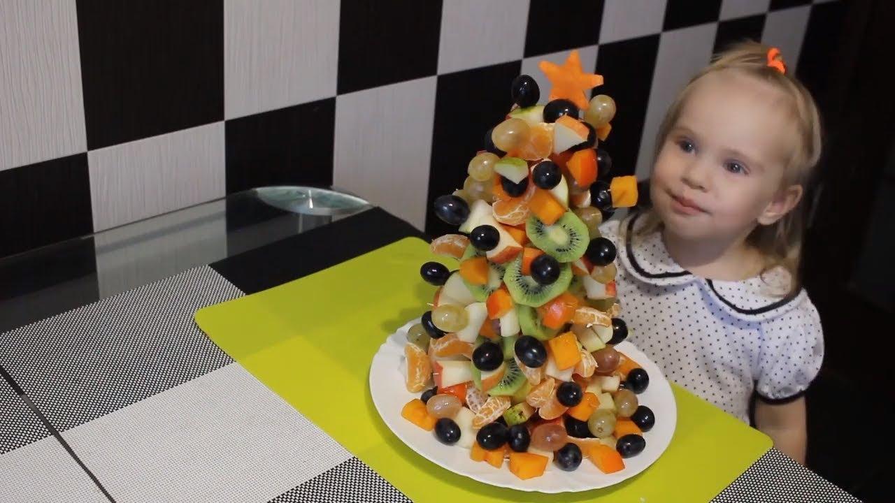 Ёлка из фруктов. Праздничный десерт. Christmas tree made of fruits. New Year's dessert.