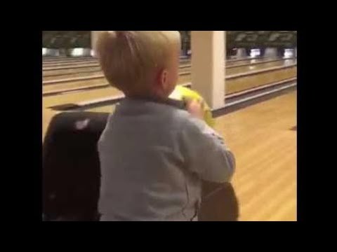 4 years child slips while bowling- 2017اربع سنين طفل يذهل الحضور في للعبة البولنك