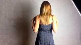 Оля снимает платье