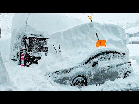 Японию замело снегом. Тысячи машин застряли. Japan was covered with snow.Thousands of cars are stuck