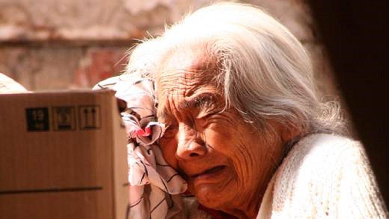 Ancianas Haciendo El Amor lo que hace un hombre por el amor a su anciana madre te dejará con la boca  abierta