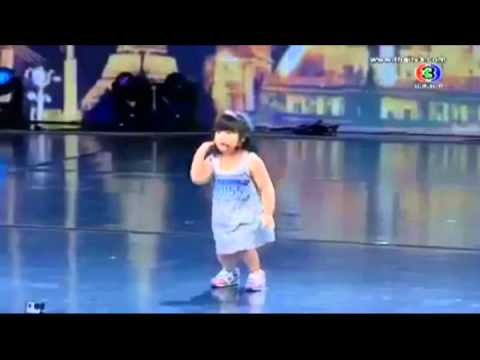 the children thai 3 old year sing the song very sweet to laugh all the people