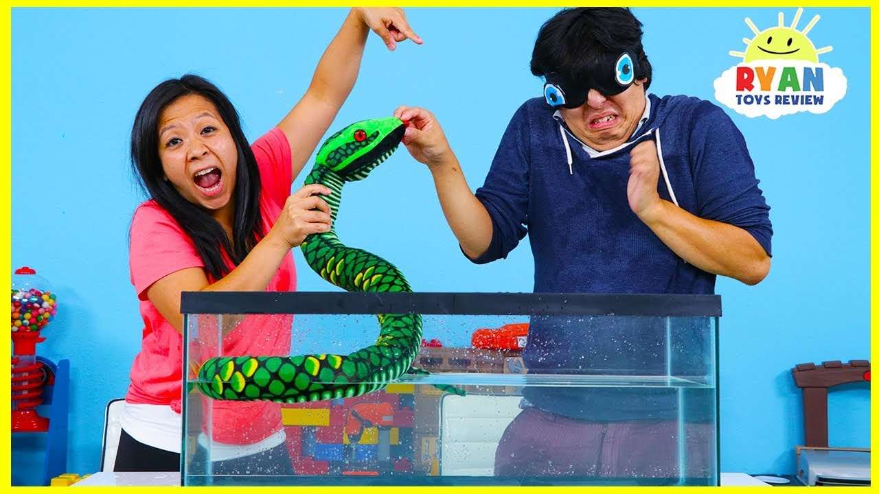 What's in the Box Challenge Underwater Version Ryan's Mommy vs. Daddy!