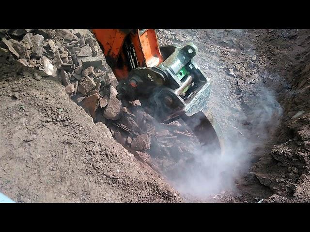 Pose d'un filtre compact Ecoflo dans la roche