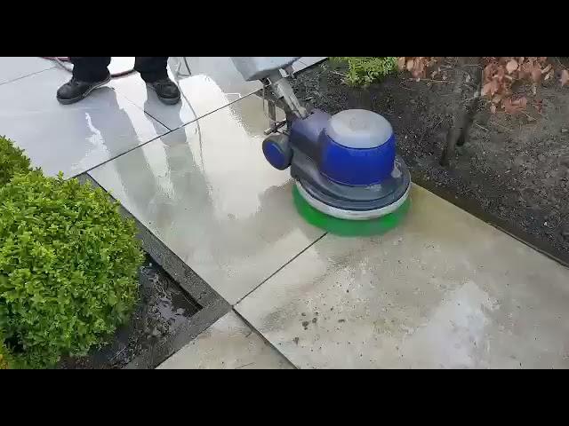 Tuintegels schoonmaken op een milieuvriendelijke manier? De Terraskoning staat voor u klaar!
