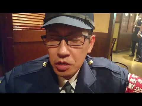 店内に警官が大勢入ってきて職務質問を強制する様子