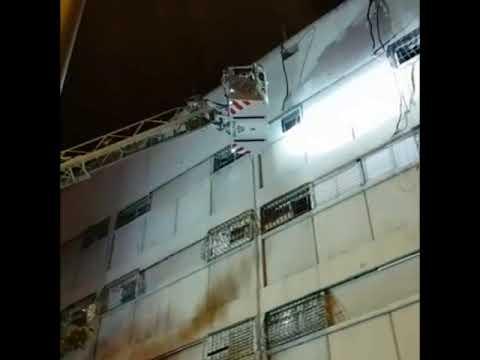 דיירים נתלו על החלונות. צילום: כבאות והצלה מחוז ירושלים