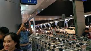 Dòng người tiễn đưa thân nhân đi nước ngoài ở sân bay hiếm thấy