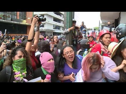 شاهد: غضب النساء المكسيكيات يقض مضجع ساكن القصر الرئاسي…  - 21:59-2020 / 2 / 15