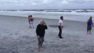 71 год Бабушке а как она играет в волейбол всем смотреть.