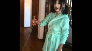 撮影の合間にバスローブ姿でけん玉に挑戦する真野恵里菜(20)