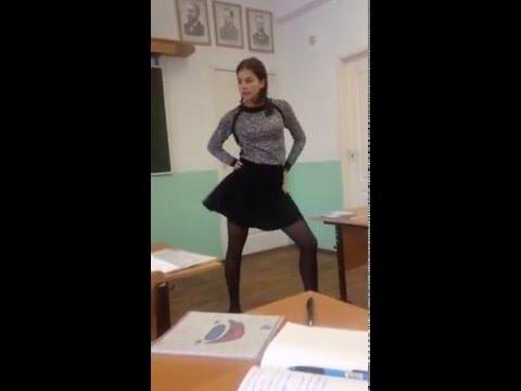 Школьница потрясно танцует в классе :)