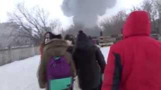 Пожар на рынке Адмирал в Казани, (дети бегут на пожар, перебираясь через закрытый горбатый мост)