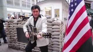 Elvis-Impersonator Graham Patrick singt in Berlin