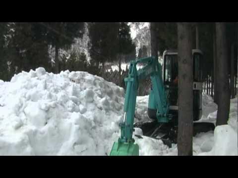 ユンボで除雪作業