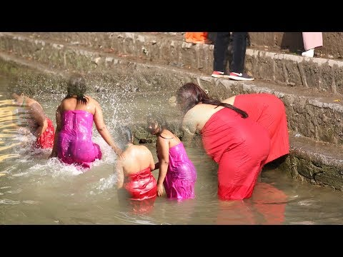 Sali Nadi एक बिहानै साली नदीमा यस्तो अबस्थामा महिलाहरु|| Nepali Women Taking Holy Bath In Saali Nadi