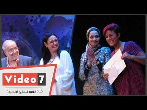 أحلام يونس تسلم شهادات تقدير للمشاركين في مهرجان المسرح النسوي  - 02:21-2017 / 10 / 20
