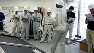 太陽光パネルを設置するには、各メーカーの2日間にわたる施工研修を受け...
