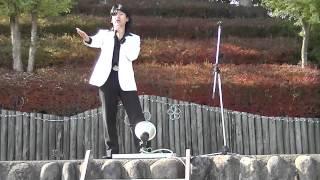神川町の城峰公園の冬桜祭りで「千の風」熱唱を熱唱する 物まねタレント...