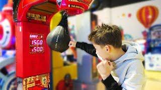 Замеряем силу удара на игровых автоматах Влог Детский развлекательный комплекс