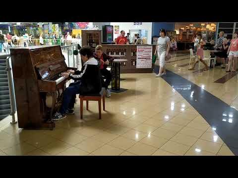 Виртуоз в Ашане. Школьник отжог на пианино.
