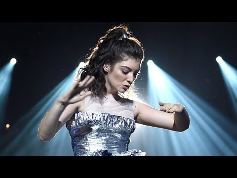 Lorde Does BIZARRE Dance & Can't Sing During 2017 MTV VMAs Performance