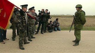 Un acalorado intercambio verbal entre soldados rusos y ucranianos en Crimea