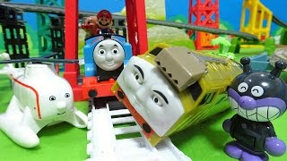 機関車トーマスにディーゼル10がぶつかったよぉ~♪スーパーマリオとアンパンマンがのってるよぉ~♪ゆうぴょん♪♪961 thumbnail