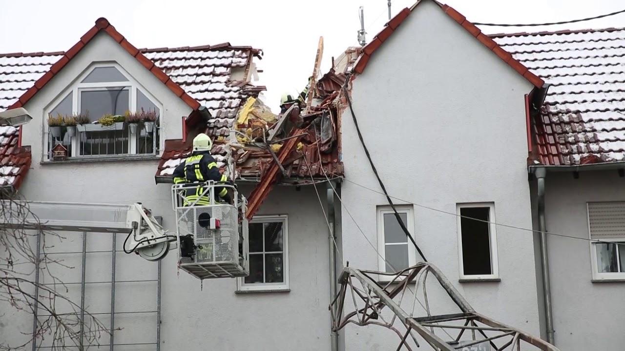 Baukran stürzt auf Wohnhäuser – Bewohnerin mit Glück im Unglück