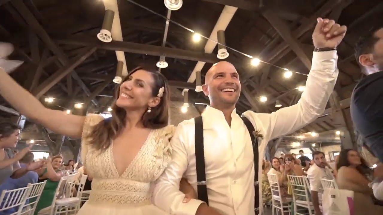 Γάμος - έναρξη γλεντιού - Τραγούδι της τάβλας με την ορχήστρα στο τραπέζι των νεονύμφων
