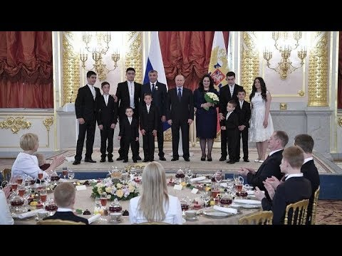 """Владимир Путин вручает ордена """"Родительская слава"""". Полное видео."""