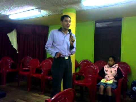 Pastor (Jairo Izquierdo ) predicando en remanente de fe en Quito. atrayendo  la mirada de Jesus
