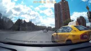 Такси 2412 из правого ряда налево на красный(Госномер УН 127 77.