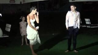 Жених и невеста прыгают в бассейн. Киевская обл.