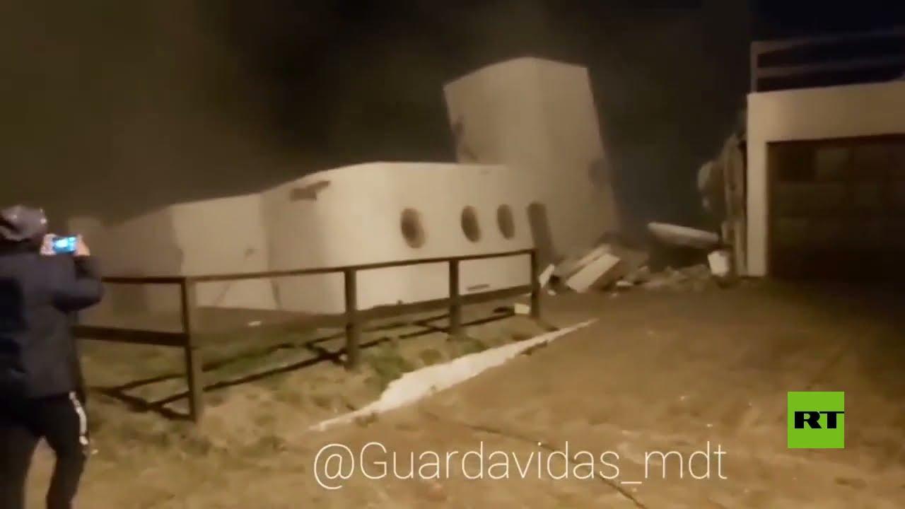 لحظة انهيار منزل إلى المحيط في الأرجنتين بعد ارتفاع المد