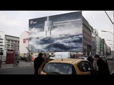 Riesenposter von Statoil am Checkpoint Charlie by Richter Media Group