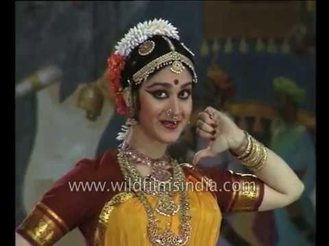 Download Meenakshi Seshadri and Hema Malini dance at the Pune Festival in 1993