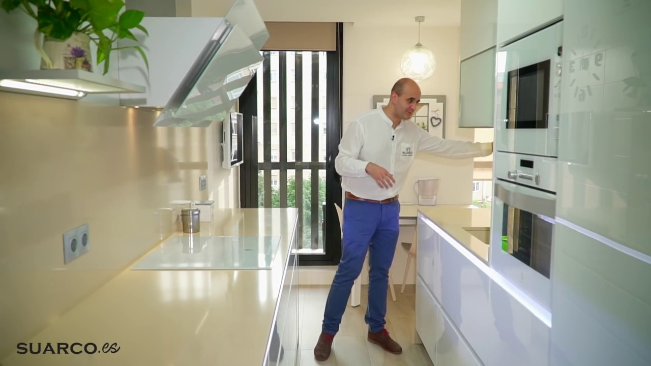 Diseño cocina pequeña alargada blanca perfil gola !! Zona Office ...