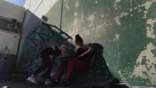 Удержание у стенки с весом на коленях
