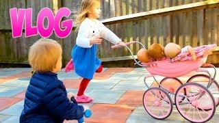 ЭЛЬВИРА И БРАТИК ИГРАЮТ С КОЛЯСКОЙ И КУКЛЫ Покупают сладости Детский влог