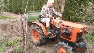 Traktorek Kubota 7001 z przyczepką. Skręt 180 stopni. www.akant-ogrody.pl
